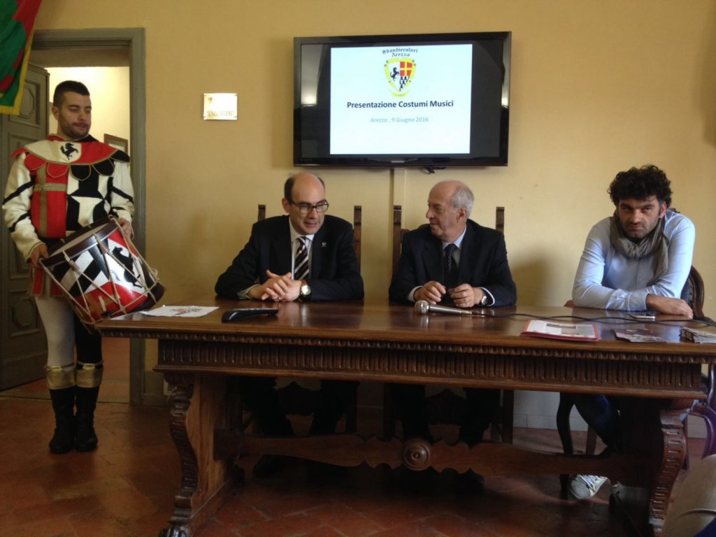 Presentazione Costume musici sbandieratori (2)